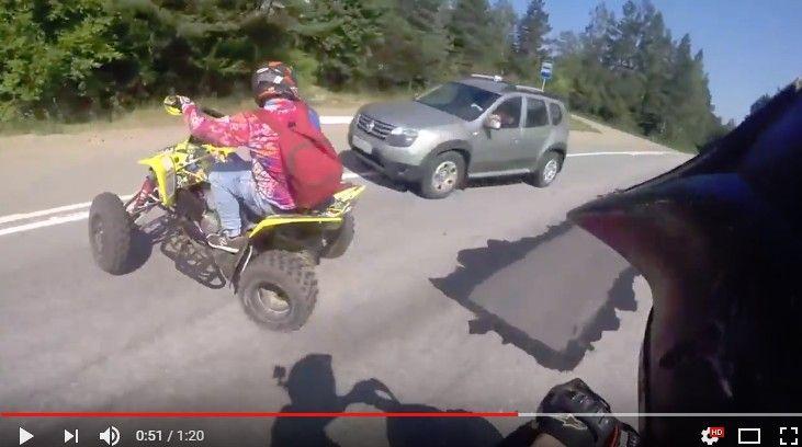 ゴボウ抜きを仕掛けた四輪バギーがコントロールを失い対向車と激突する瞬間!!