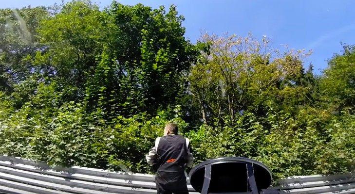 ニュルブルクリンクでは事故車から脱出した後も安心してはならない…ドライバー目掛け突っ込んでくるBMW・E46!