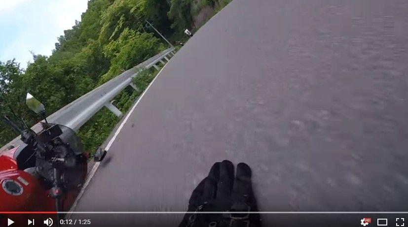 【動画】ニンジャでツーリング中、砂利のまかれたコーナーで転倒!ヤバイと思った瞬間にズコーン…