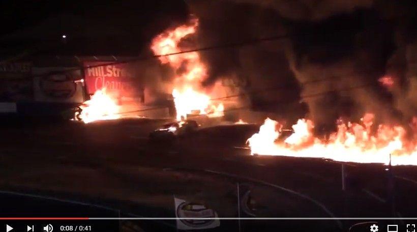 【動画】三台のストックカーが派手に炎上するクラッシュが発生wwww