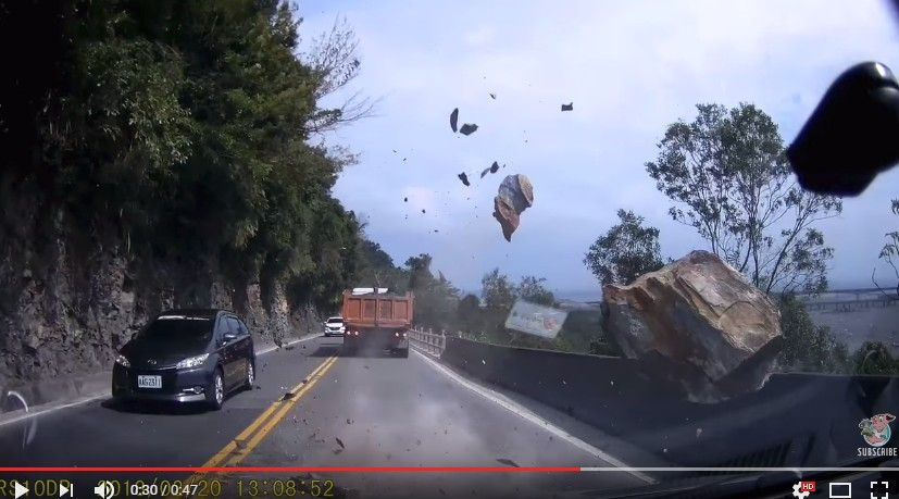 台湾でドラレコがとらえた落石の瞬間が怖すぎる…目の前に落下!ギリギリで直撃をまぬがれたラッキーな人