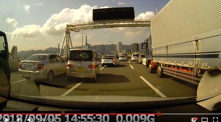 追突事故の原因をつくったタントが無傷で逃走!!無茶な車線変更に驚き急停車したセダンにトラックが突っ込む…兵庫県神戸市