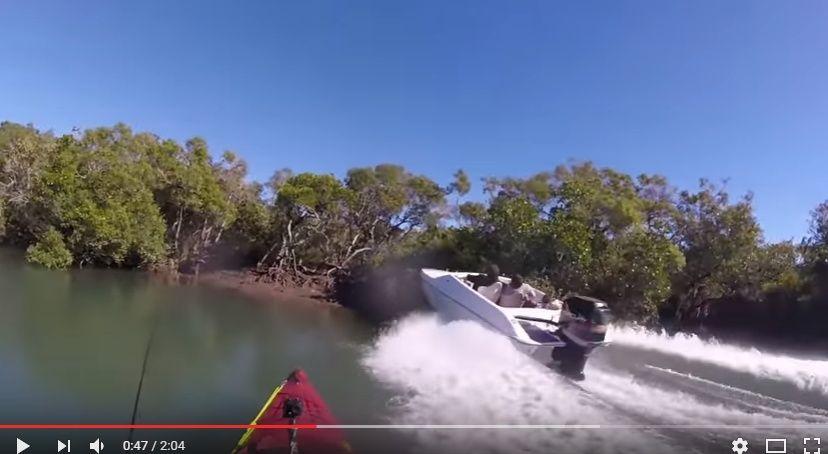 【動画】こんなん笑うわww カヤック釣りを楽しんでいたらアホなボートが突っ込んできた!