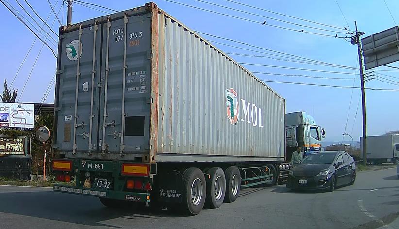 トラックの行く手を阻む大迷惑なプリウス…このドラレコ映像を持って警察署に行ったら警察が動いてくれたらしい。静岡県沼津