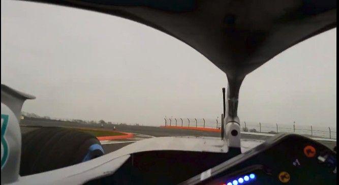 ドライバー保護デバイスを装着した2018年型F1マシンのコクピットからの視界!バルテリ・ボッタスのメルセデスAMG W09