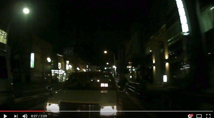 タクシーの進路を塞いでトラブル。煽られた?それとも撮影者の嫌がらせ??どっちもどっちなドラレコ。
