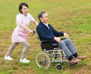 車いすを押す介護士