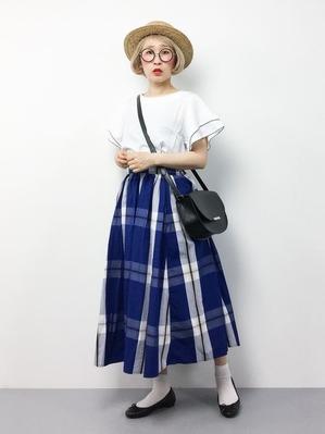 白ソックスコーデ 白のトップスと青いスカート