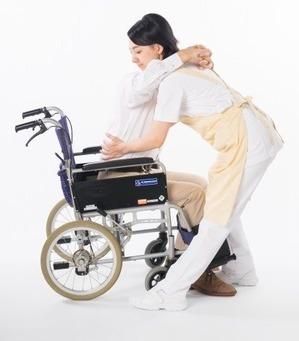 車いすから起こす介護士さん