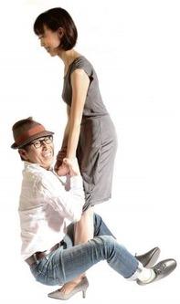 女性がヒールで男性を持ち上げるフレクサーヒールインソール