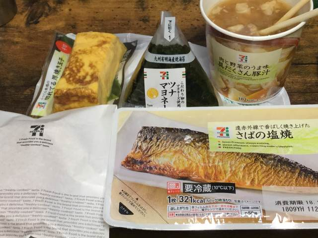 セブンで朝飯買ってきたよー(´・ω・`)ノ
