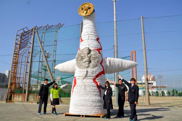【大阪】太陽の塔、ペットボトルのふた10万個で高校生が制作