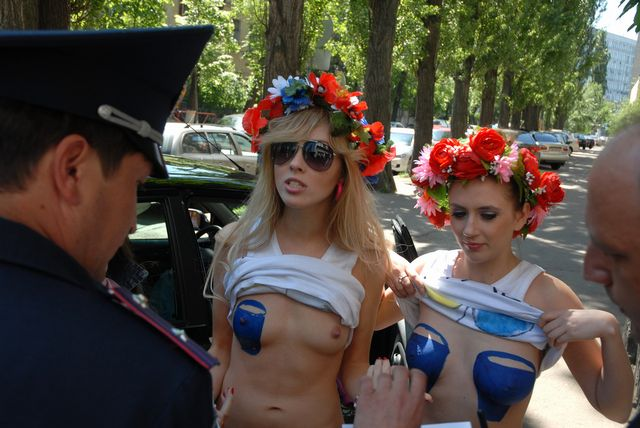 FEMEN_-Blue_Bucket-_topless_protest-4