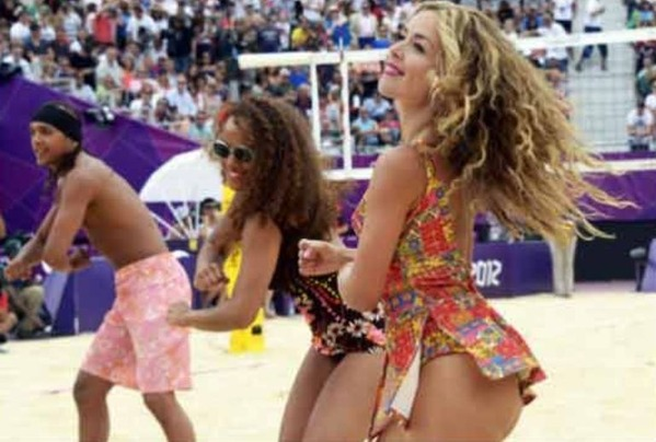 Cheerleaders-dancing-mens-beach-volleyboll-in-olympic