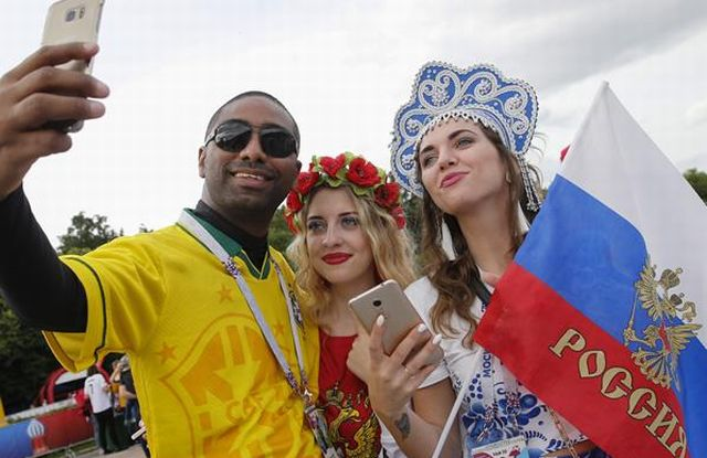 A-Brazil-fan-takes-a-selfie-picture-with-Russian-supporters (1)