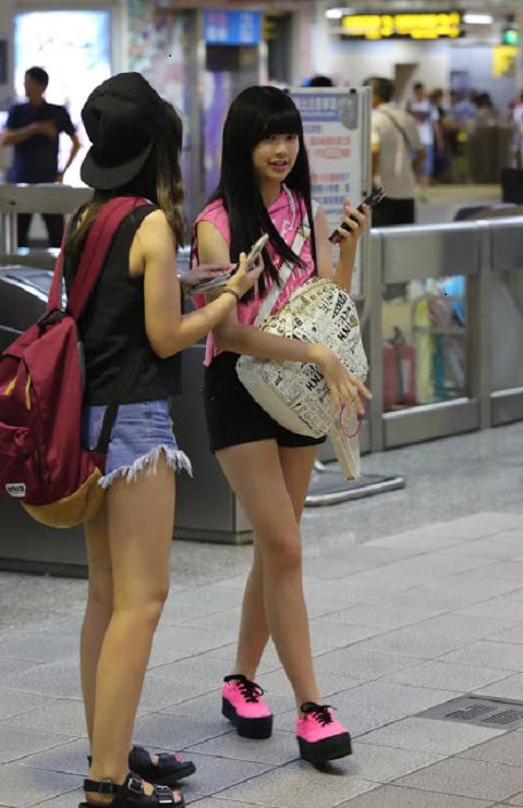 1粉紅無袖上衣黑短褲可愛女生