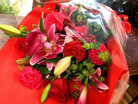 花束 赤バラ オリエンタル系ユリ カーネーション