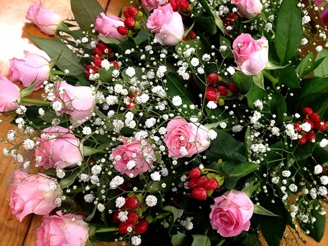 花束 バラ マイガール ヒペリカム かすみ草