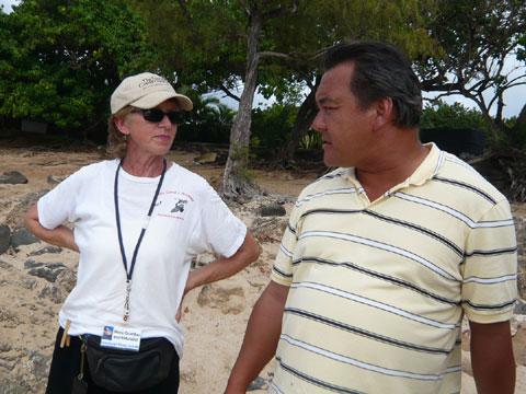 ラニアケアビーチ ボランティアの方とオカモトさん