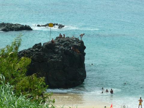 ワイメアビーチ3 飛び込み岩