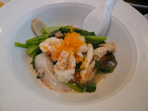 新宿 古月 ピータンとシェンタンの海鮮炒め