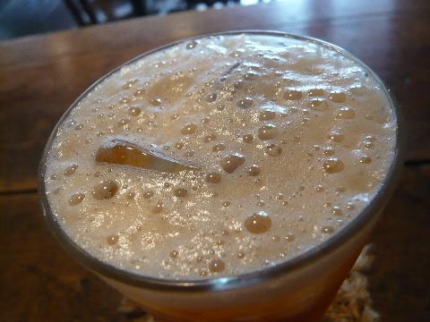 台湾茶藝館 月和茶 はちみつの入った冷たいお茶アップ