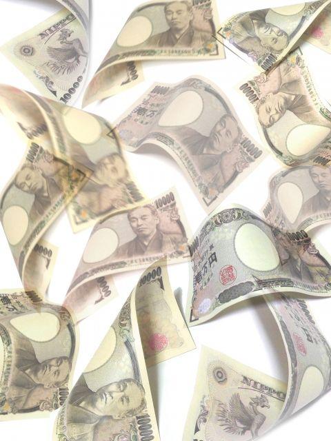 ひらひらと舞う一万円札
