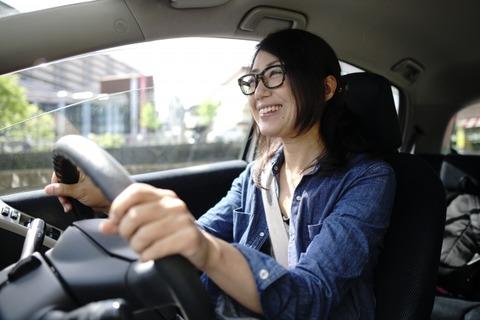 レンタカーを運転する女性