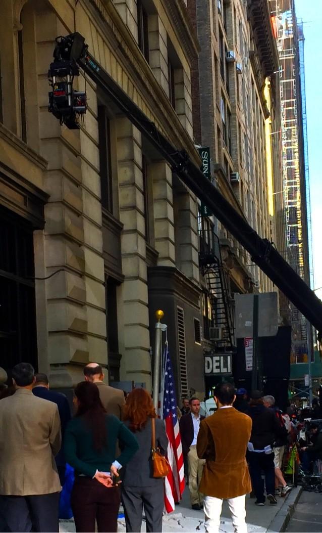 8a49126b7d5f2 18丁目の5番街と6番街の間を1ブロックにわたりブロックして撮影を敢行。全米でNYはLAと並んでハリウッド映画の撮影回数でトップ。ありふれた光景。