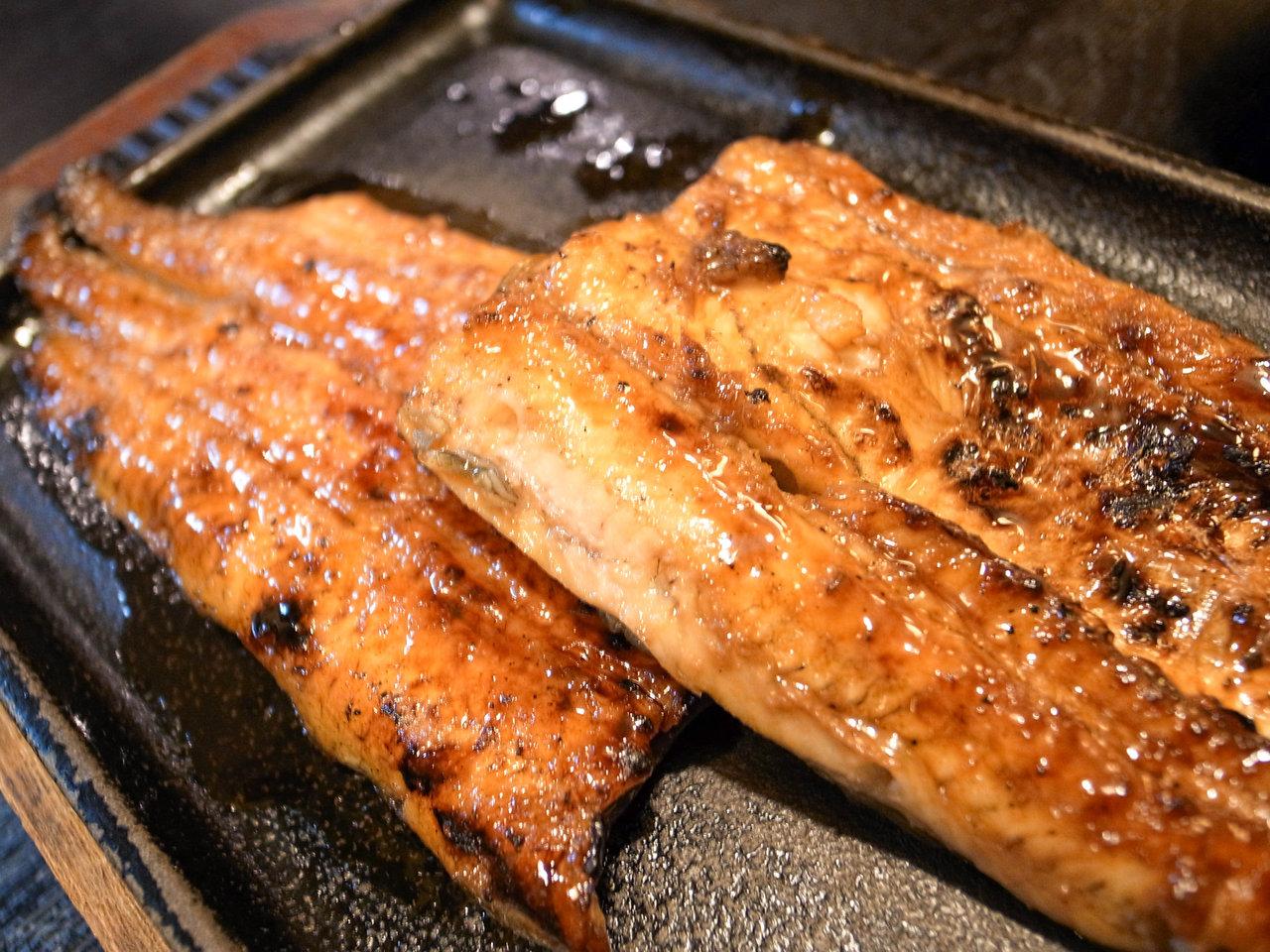 夏バテ解消!渋谷「元祖うな鐵」うなぎを丸々1匹串焼きでいただく