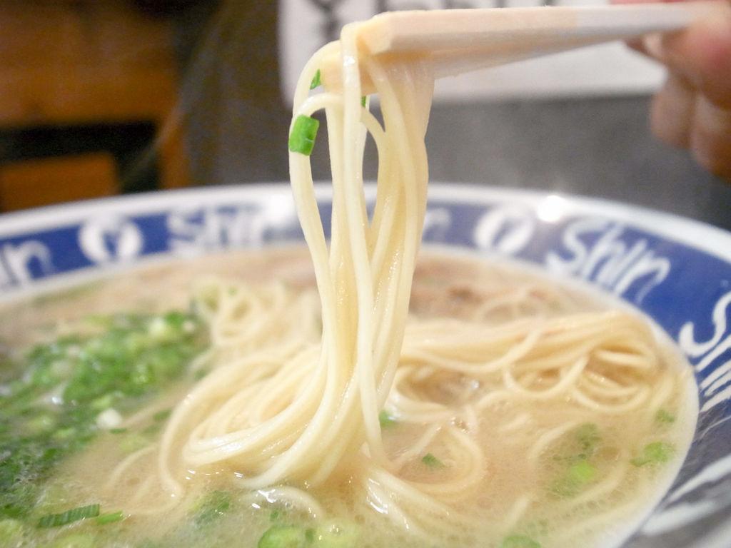 博多華丸さんイチオシの博多ラーメン「ShinShin」極細麺はまるでそうめんバイ