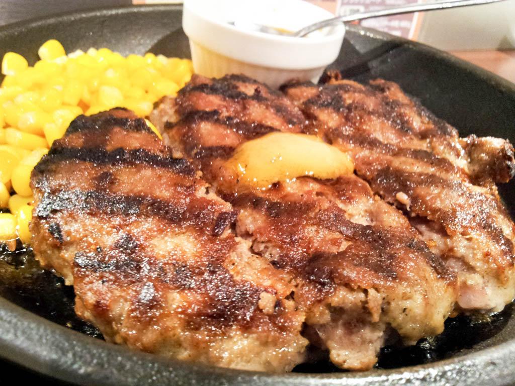 「いきなり!ステーキ」のランチハンバーグは肉汁したたるレアな仕上がり