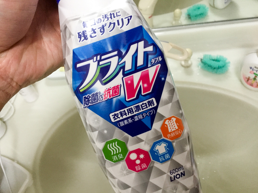 【閲覧注意】洗濯機で漂白剤のつけ置き洗いをしたら、洗濯槽の汚れが浮いてきてシャツが水垢まみれになった件