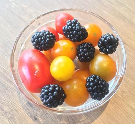 朝食にトマトとフルーツ