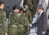 イラクに向け出発する自衛隊員と、見送る小泉首相