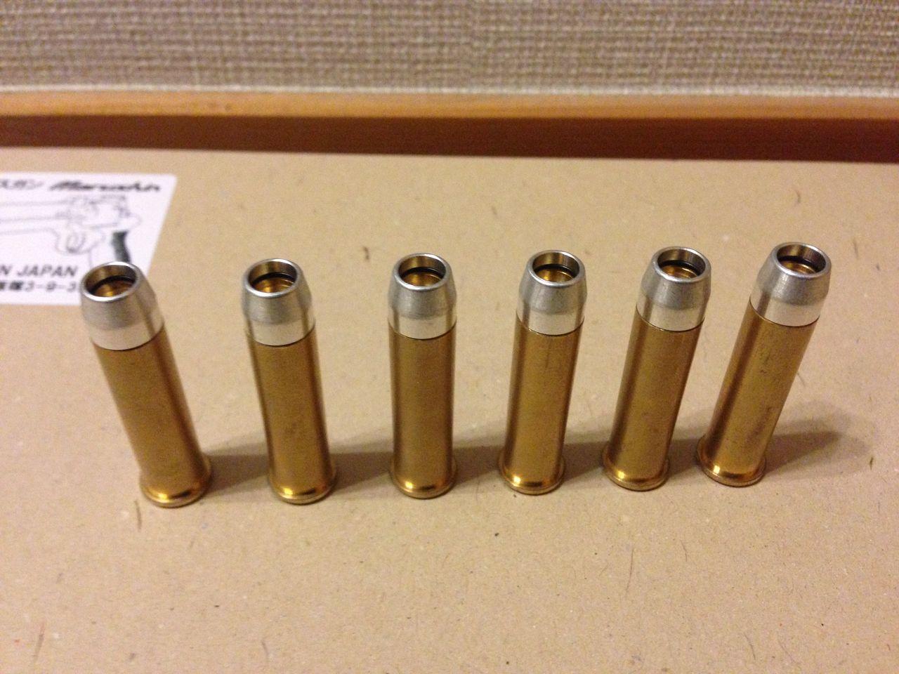 右からクラウン社製エアリボルバー用カートリッジ、マルシンXカートリッジマテバ用、実弾.357マグナム(旅行時に購入したストラップですがちゃんとウィンチェスター製