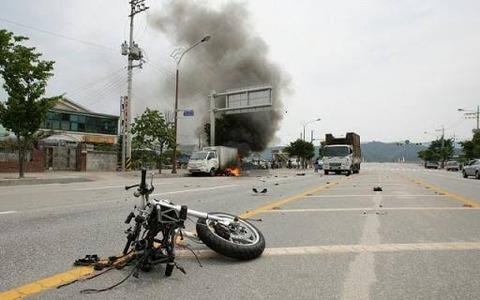 トラック運転手「右折するで~」後ろから来たバイクの高校生「うわあ!」トラックに衝突で運転手逮捕w