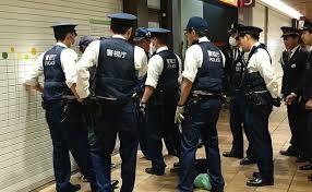警察「防犯登録確認させてー」わい「任意ですよね?失礼します」警察「待ってね」籠ガシー