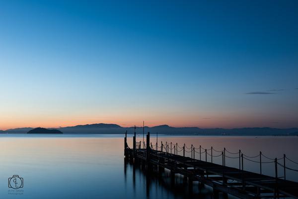 夜明けに向かう桟橋