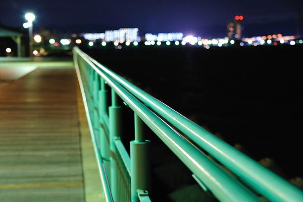 対岸に映る灯