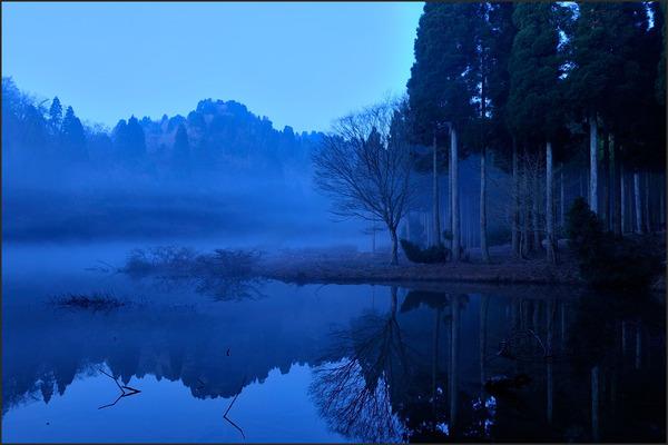 朝霧に霞む世界