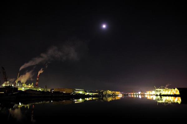 月光と工場の灯