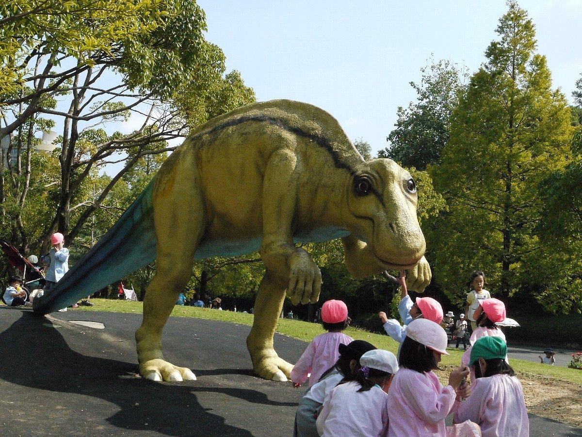 自然史博物館の前は野外恐竜ランド。 広場になってるので子供たちで賑わってた。