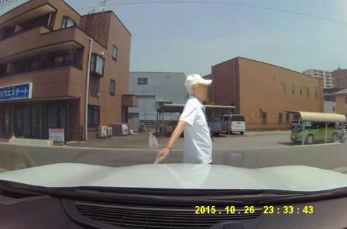 老人が車に傷付け