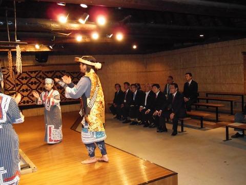 151004岡田代表9区入り02(アイヌ舞踊見学)