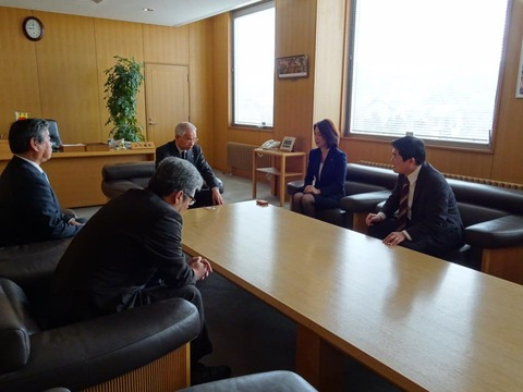 160307徳永エリ参議院議員と日高05静内町役場訪問
