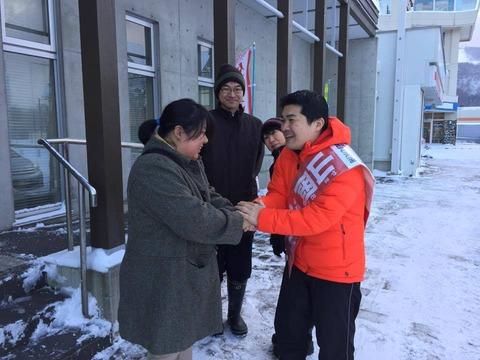 141203日高遊説02・有権者と握手