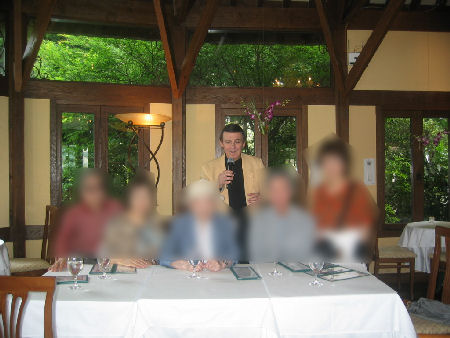 ガラスの森にある喫茶で生バンド演奏で、フランス人歌手のカンツオーネを聴いた。