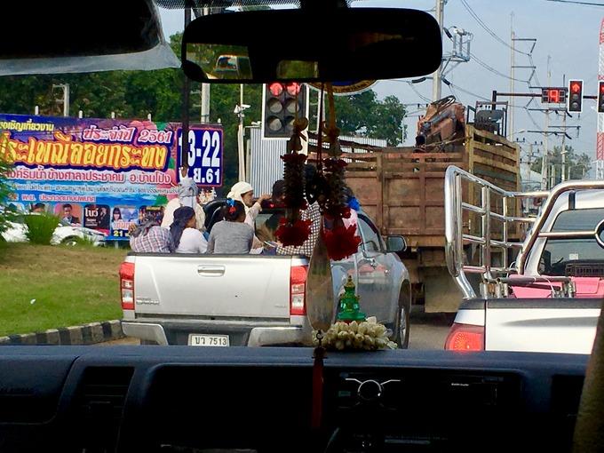 タイの荷台には人が乗る