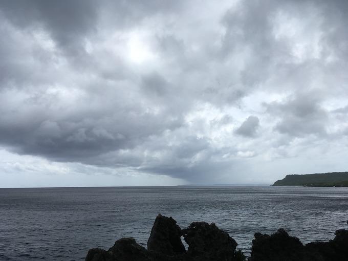 忍び寄る雨雲